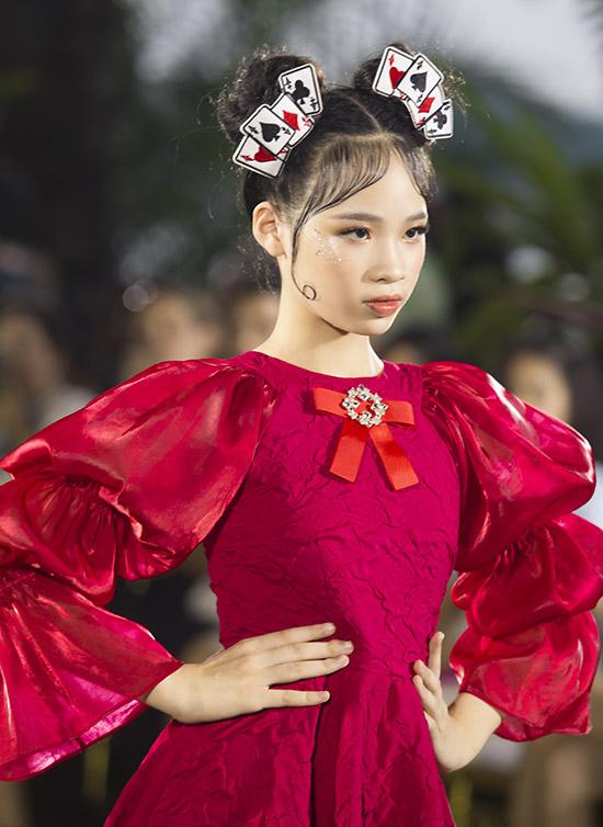 Nhóc tỳ biến hoá trở lại vẻ nhí nhảnh, hồn nhiên khi diện váy kiểu dáng cổ điển của Phan Quốc An.