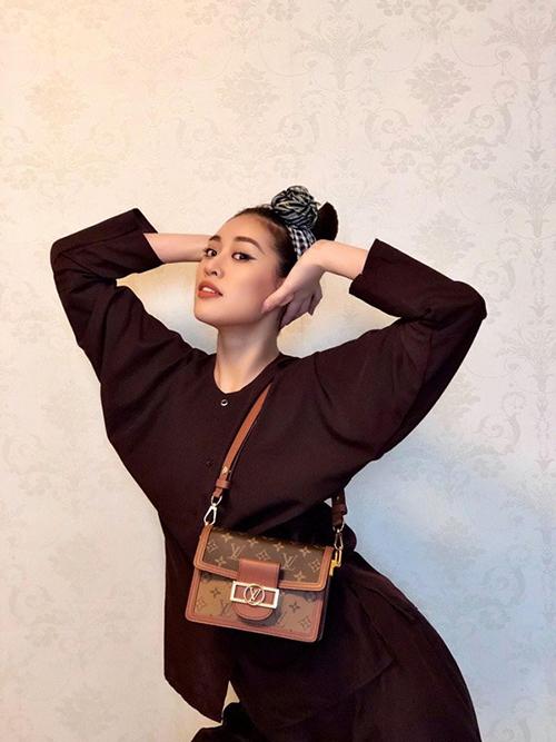 Túi đeo chéo, phom dáng vuông vức được rất nhiều ngôi sao yêu thích của Khánh Vân có giá khoảng 67 triệu đồng.