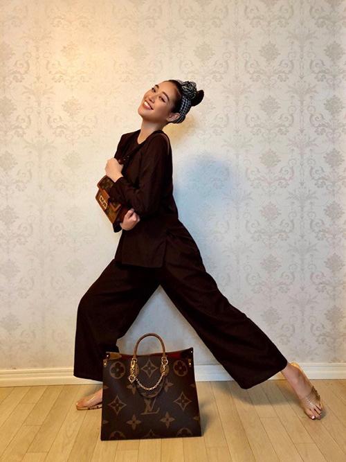 Bộ túi Louis Vuitton với logo đặc trưng và kiểu dáng thịnh hành nhất mùa mốt 2020 của Khánh Vân có giá hơn 100 triệu đồng.