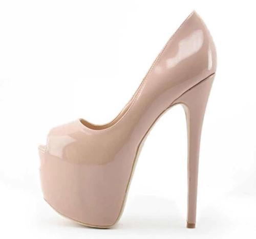 Giày cao gót 23 cm là phụ kiện được Hoà Minzy tin tưởng và chọn lựa để cải thiện vóc dáng.