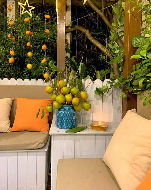Mùa thu năm nay, chị chọn tông vàng cam chủ đạo để trang trí góc sinh hoạt chung này. Nguyên vật liệu đa số đều là nông sản thu hoạch được từ vườn sân thượng của gia đình, ngoại trừ những chùm quả hồng được gửi từ Đà Lạt.
