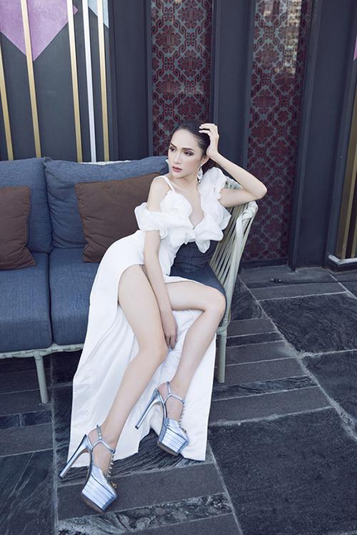 Hoa hậu Hương Giang nổi tiếng trong việc khéo tận dụng các mẫu giày cao 20 cm để giúp hình ảnh của cô trở nên thu hút hơn.