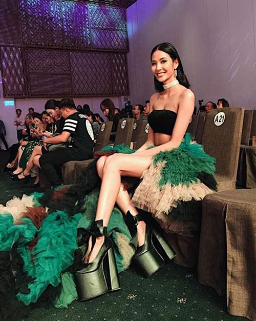 Giày cà kheo Không chỉ được lòng các cô nàng có chiều cao khiêm nhường, Hoàng Thuỳ và nhiều người đẹp cũng chọn giày hơn 20 cm để tạo điểm nhấn riêng.