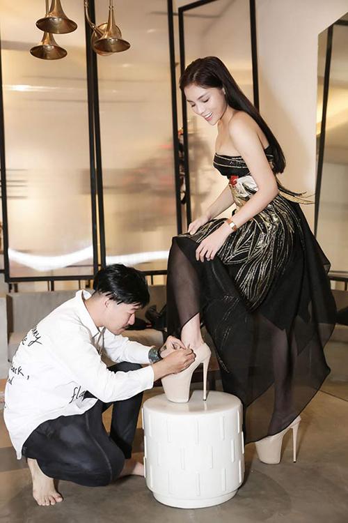 Giày 20 cm được Kỳ Duyên tận dụng để giúp mình nổi trội trên sàn diễn thời trang. Đồng thời mẫu phụ kiện này sẽ giúp hoa hậu có được bước đi uyển chuyển hơn khi catwalk.