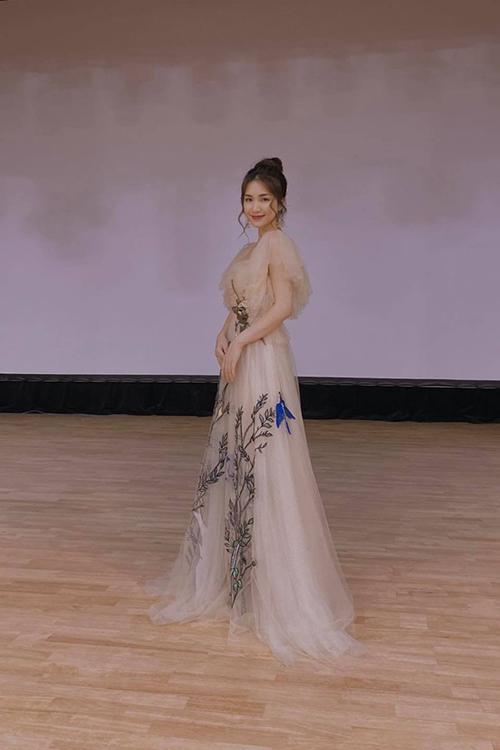 Váy dạ hội dáng dài thướt tha là trang phục được Hoà Minzy mix cùng giày cao gót để che khuyết điểm của cô.