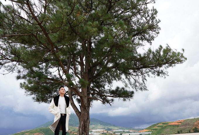Nhật Tinh Anh khoe vẻ lãng tử giữa cảnh sắc thành phố sương.