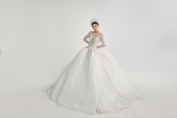 Một chiếc váy xòe bồng như công chúa cổ tích là ước mơ của hàng triệu cô gái và cũng góp mặt trong bộ sưu tập.