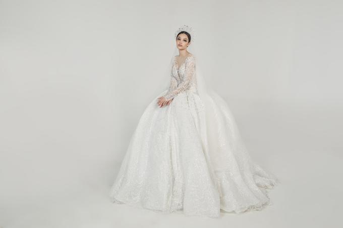 Đầm xòe đính kết hạt pha lê, đá lấp lánh dọc thân, giúp cô dâu tỏa sáng trong từng khung hình.