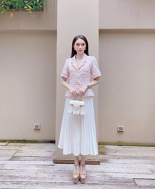Ngoài các mẫu túi hiệu đắt đỏ, váy áo hợp trend thì giày cà kheo là món phụ kiện không thể thiếu của Hương Giang.