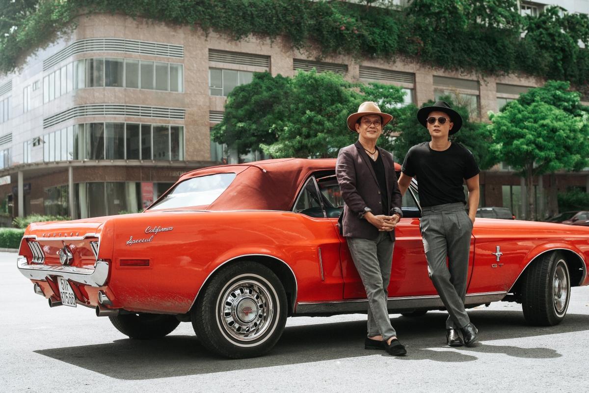 Nhạc sĩ Đức Huy (trái) là người anh thân thiết với Hoàng Bách. Họ còn vô tình mặc đồ đồng điệu khi đi quay hình MV.