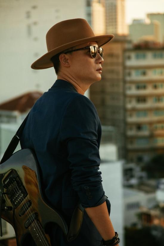 Ca sĩ Hoàng Bách sinh năm 1980, là cựu thành viên nhóm AC&M. Anh kết hôn với bà xã Thanh Thảo vào năm 2006. Hiện cặp đôi có ba con: Tê Giác, Meo Meo và Hippo.