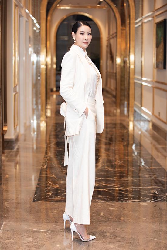 Hoa hậu Hà Kiều Anh cũng là một trong những giám khảo của cuộc thi năm nay, Người đẹp ghi điểm về phong cách với mốt white on white.