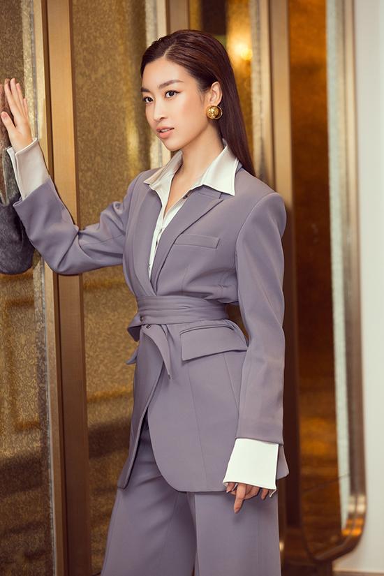 Trong khi đó, hoa hậu Đỗ Mỹ Linh thể hiện sự phá cách so với thường ngày bằng bộ suit cá tính. Từ ngày trở thành Hoa hậu Việt Nam 2016, Đỗ Mỹ Linh thử nghiệm nhiều phong cách khác nhau, từ thanh lịch, bánh bèo đến gợi cảm, quyến rũ.