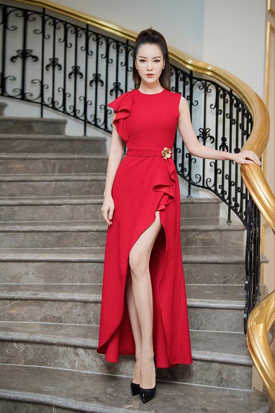 Á hậu Thụy Vân khoe vẻ nữ tính và đôi chân dài với đầm xẻ đùi phối giày cao gót mũi nhọn. Từ ngày theo đuổi sự nghiệp MC tại VTV, cô luôn theo đuổi phong cách kín đáo, thanh lịch.