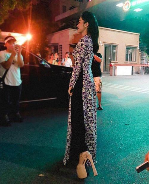 Sau Hương Giang, ca sĩ Hoà Minzy cũng là ca sĩ luôn ưa chuộng các mẫu giày cao gót khủng để mang lại sự thanh thoát cho tổng thể.