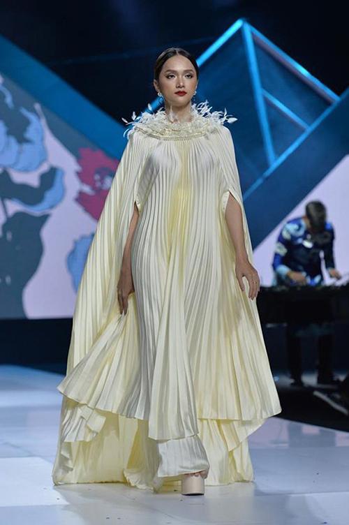 Khả năng catwalk trên giày cà kheo của Hương Giang cũng khiến nhiều người mẫu phải nể phục.