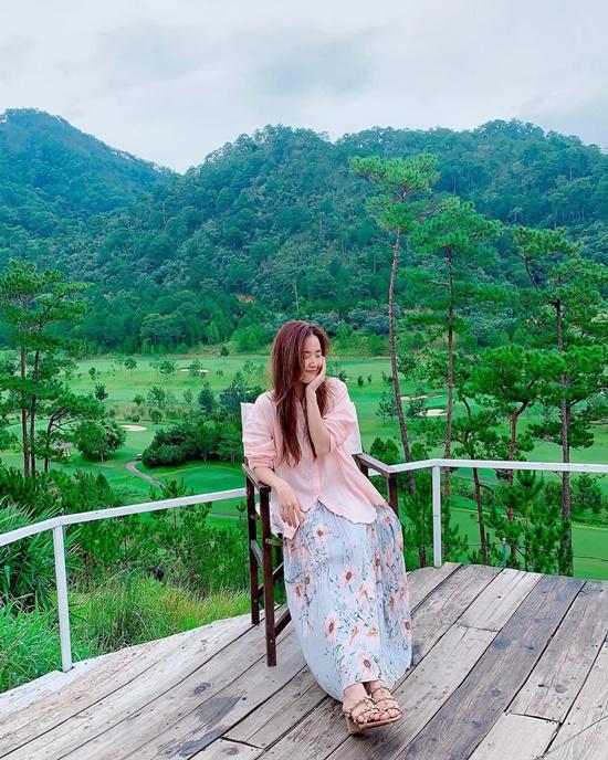 Cuối tuần trước, Midu có chuyến du lịch Đà Lạt chớp nhoáng, check-in homestay nằm giữa đồi thông, mảng xanh mát của núi rừng phía sau. Nữ diễn viên là một trong những sao Việt có tình cảm đặc biệt với phố núi. Tháng 4 năm nay, cô đã dành vài tuần ở Đà Lạt để vừa cách ly cộng đồng, vừa tận hưởng cuộc sống yên bình.