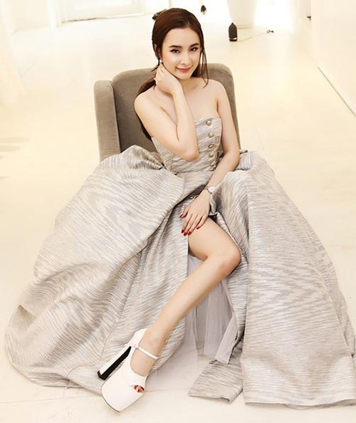 Thời còn náo loạn thảm đổ showbiz Việt, Angela Phương Trinh cũng là mỹ nhân gây choáng với cách sử dụng giày cao gót khủng.