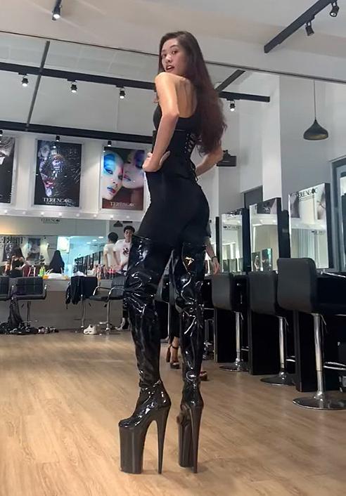 Khánh Vân chọn giày cao gót 40 cm để tập catwalk. Cô khiến nhiều fan thích thú bởi thần thái chuyên nghiệp và khả năng trình diễn ngày càng cuốn hút.