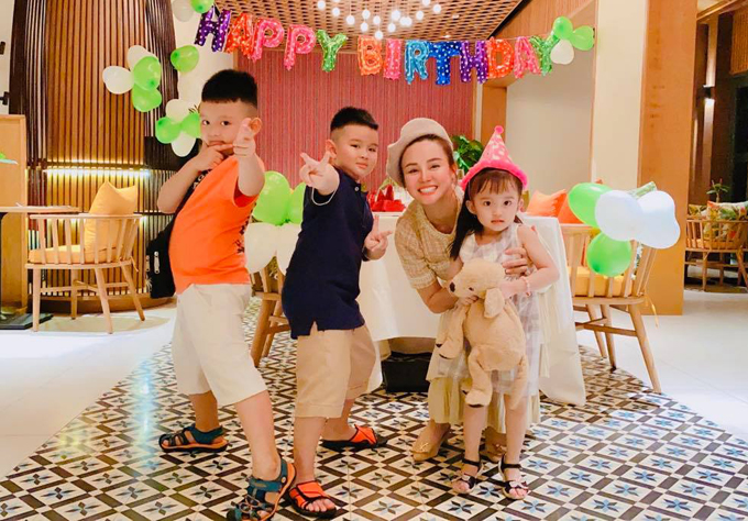 Gia đình Vy Oanh vừa có chuyến nghỉ dưỡng ở Phú Quốc. Nữ ca sĩ rất vui khi được đón tuổi mới bên những người thân yêu.