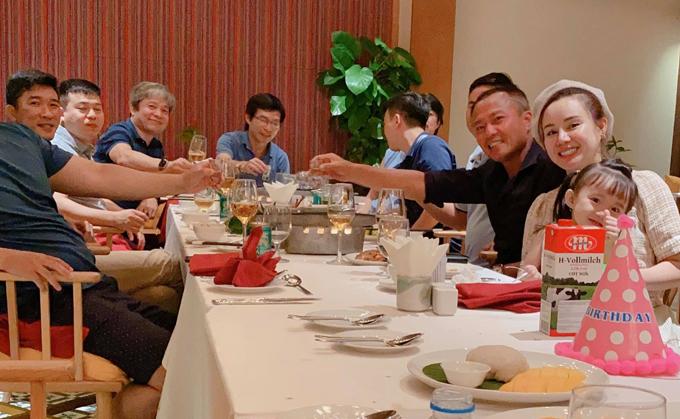 Chồng đại gia của Vy Oanh (áo đen, ngồi cạnh cô) mời một số bạn bè, đối tác của anh ở Phú Quốc tới dự tiệc sinh nhật vợ.