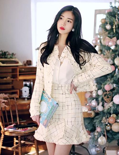 Suit cho mùa thu đông của phái đẹp công sở được kết hợp giữa áo khoác lửng, chân váy chữ A dáng ngắn và sơ mi đơn sắc.
