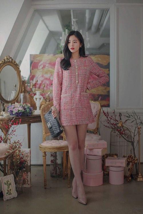 Với đặc trưng về khả năng giữ nhiệt và tôn nét sang trọng cho người mặc, váy vải tweed thích hợp trong những ngày dịu mát.