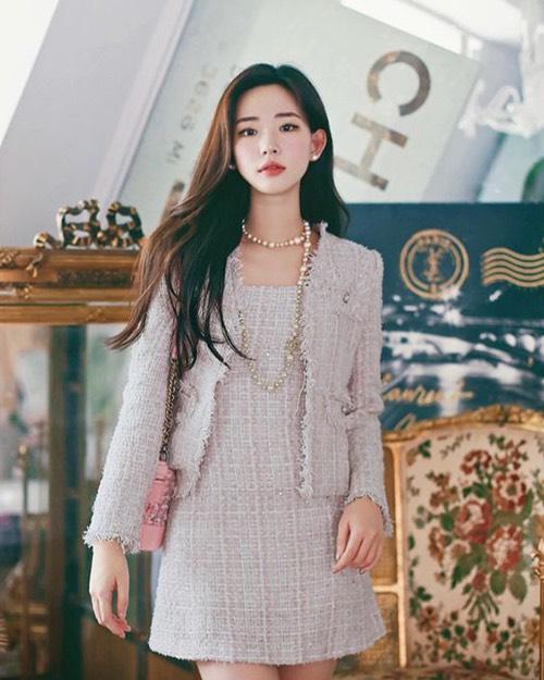 Jacket dáng lửng lấy cảm hứng từ mẫu áo kinh điển của Chanel sẽ khiến phái đẹp sang chảnh khi đi làm.