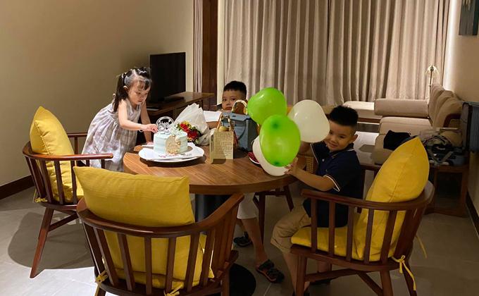 Gia đình nữ ca sĩ thuê một căn hộ lớn, đầy đủ tiện nghi để các con vui chơi thoải mái. Một người cháu cùng lứa tuổi với bé Voi nhưng gọi Vy Oanh bằng bà đi cùng cả nhà cô.