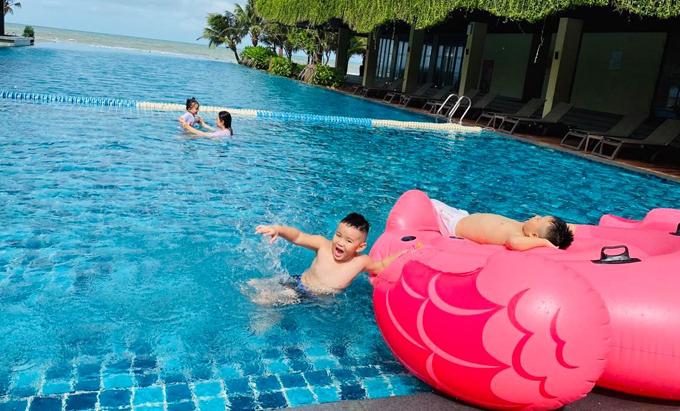 Con trai Vy Oanh nô đùa trong hồ bơi khách sạn. Bé rất thích vui chơi ngoài trời và hào hứng mỗi lần đi du lịch cùng bố mẹ.
