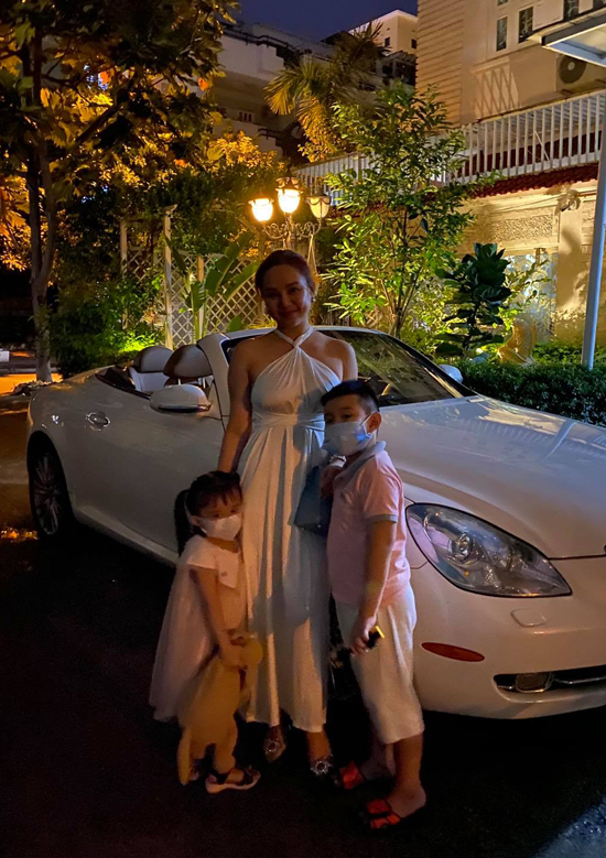 Trước đó ở Sài Gòn gia đình Vy Oanh đã đi ăn mừng sinh nhật cô. Giọng ca Để cho em khóc không thích tổ chức tiệc rình rang mà chỉ muốn sum họp, mừng tuổi mới giản dị bên chồng con.