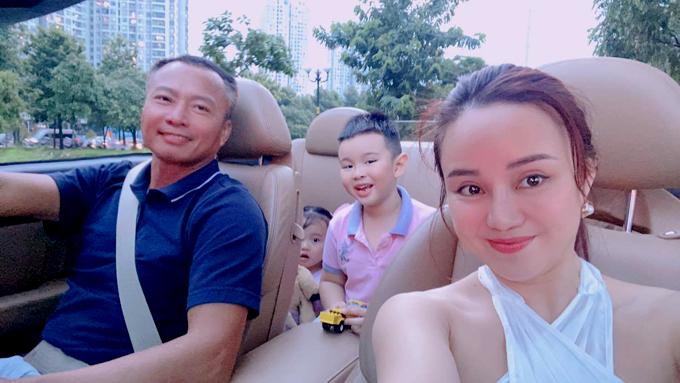 Đại gia Lê Thiện lái xe mui trần đưa vợ và hai con đi ăn, mua quà sinh nhật cho cô.