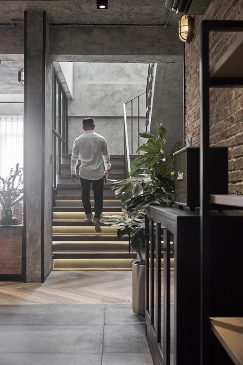 Điểm nhấn tiếp theo của công trình là khu vực cầu thang. Ở đây, chúng tôi sử dụng ánh sáng đèn led vàng ấm có cảm biến thông minh tự động tắt bật ánh sáng khi có bước chân người đi.