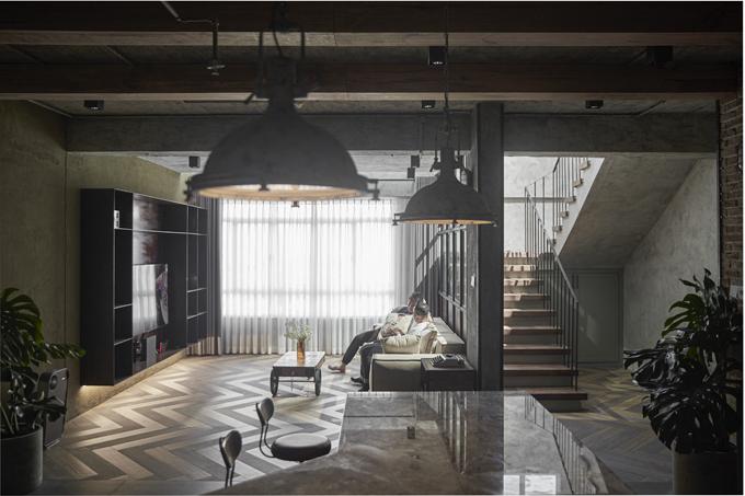 Các hạng mục thi công, cải tạo đụng đến phần thô gồm: làm sàn giả để tăng diện tích công trình, dùng làm phòng thử đồ tách biệt. Tầng thượng được đập hết tường ngăn, xây theo layout mới để làm phòng ngủ master. Tường ngăn ở tầng trệt, vách ngăn ở cầu thang được đập bỏ để lấy thêm ánh sáng tự nhiên. Phần hắt giếng trời được bố trí ngay vị trí sofa để cân bằng ánh sáng cho phòng khách. Cầu thang được cải tạo gần hết, còn phòng vệ sinh, hệ M&E (phần điện, phần cơ khí trong công trình xây dựng), trần căn hộ được cải tạo mới toàn bộ.