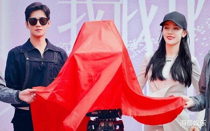 Địch Lệ Nhiệt Ba cùng bạn diễn Dương Dương thực hiện nghi thức khai máy. Trong phim, họ vào vai hai người bạn thời trung học tình cờ gặp lại nhau sau nhiều năm, khi cô gái đã trở thành một người nổi tiếng.