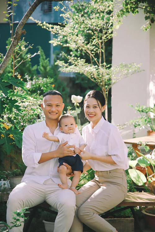 Trọng Hoàng vốn là cầu thủ kín tiếng trong chuyện cá nhân. Anh chỉ đăng ảnh vợ con trong những dịp đặc biệt quan trọng.
