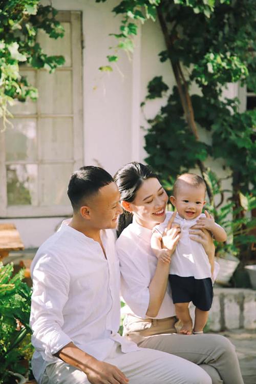Trọng Hoàng và Quỳnh Anh làm đám cưới hồi tháng 10/2018 sau nhiều năm hẹn hò. Bà xã tiền vệ người Nghệ An xuất thân trong một gia đình trí thức, hiện làm việc trong ngành công an.