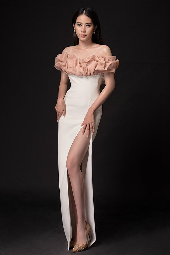Người đẹp khoe chân thon, vai trần trong một mẫu váy cắt xẻ.