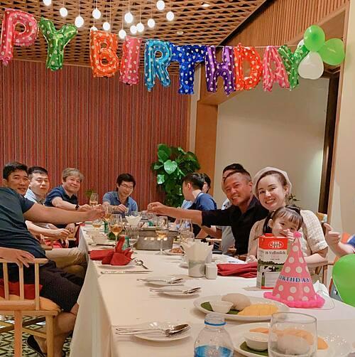 Vy Oanh bất ngờ vì được chồng tổ chức sinh nhật.