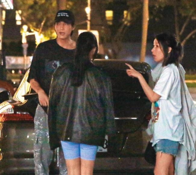 Tiêu Á Hiên bị bắt gặp đi ăn tối với Hoàng Hạo cùng một số người bạn. Cặp đôi ton sur ton đồ tối màu, trông trẻ trung và phong cách. Hơn bạn trai 16 tuổi nhưng Tiêu Á Hiên trông rất trẻ.