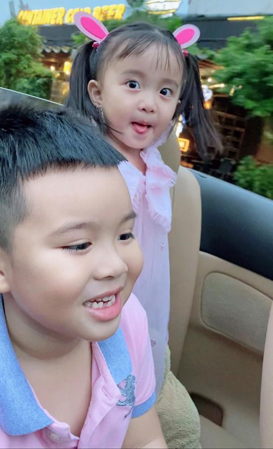 Hai con Vy Oanh càng lớn càng lém lỉnh, đáng yêu. Bé gái tên Xu thừa hưởng năng khiếu từ mẹ, líu lo ca hát cả ngày.