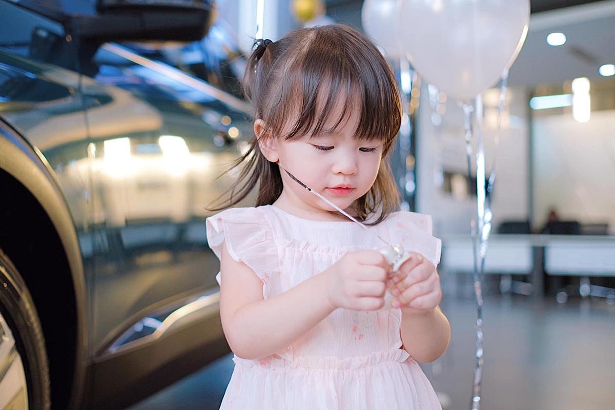 Trong lúc bố mẹ bận làm thủ tục, bé Cún nghịch ngợm với bong bóng. Thiên thần nhỏ ngày càng đáng yêu và có nhiều nét giống cả bố lẫn mẹ.