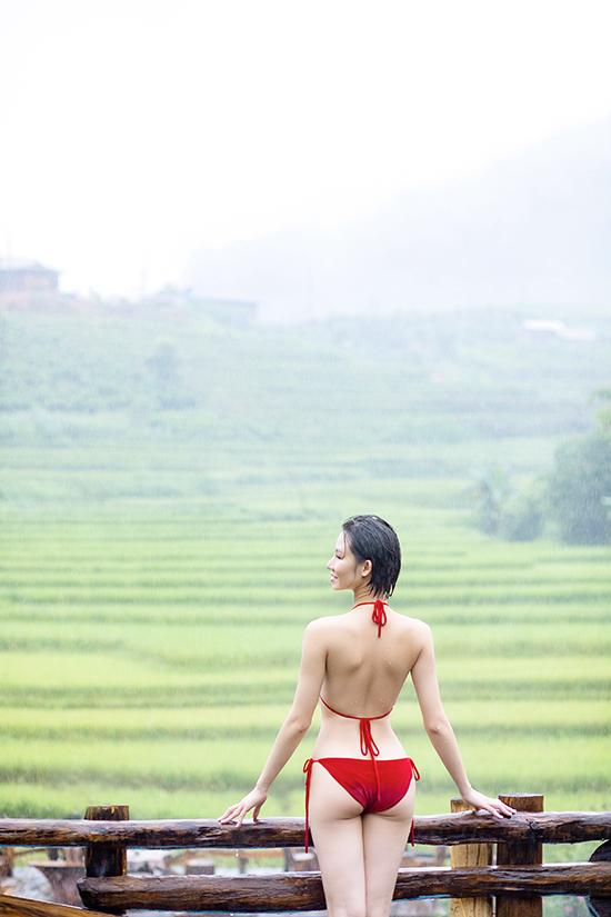 Hoa hậu Du lịch châu Á 2019 khoe vòng eo 58 cm với bikini nhỏ xíu, không ngại dầm mưa chụp ảnh.