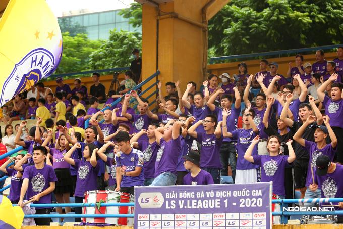 Chiều 1/10, CLB Hà Nội tiếp đón Thanh Hoá ở vòng 13, vòng đấu cuối cùng của lượt đi V-League 2020. Ban tổ chức sân Hàng Đẫy cho phép khoảng 3.000 VĐV được vào sân theo dõi trận đấu. CĐV của chủ nhà Hà Nội chiếm áp đảo, được bố trí ở một góc khu vực khán đài A.