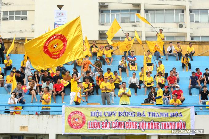 Nhóm CĐV Thanh Hoá ngồi ở khu khán đài D riêng biệt.