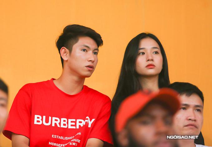 Tiền vệ Nguyễn Trọng Hùng cũng xuất hiện trên khán đài. Anh ngồi cùng cô bạn gái xinh đẹp