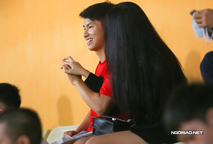 Cặp đôi thoải mái nắm tay, cười đùa trong giờ nghỉ giải lao. Chuyện hẹn hò của Trọng Hùng và Mai Linh mới được phát hiện từ hồi tháng 8 vừa qua sau khi tiền vệ Thanh Hoá đăng một bức ảnh tình cảm với cô nàng trên trang cá nhân. Ở mùa giải này, tiền vệ sinh năm 1997 mới chỉ thi đấu 3 trận cho Thanh Hoá vì chấn thương liên miên.