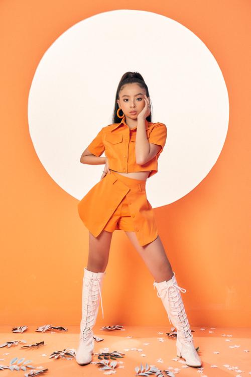 Ở mùa thu năm nay, nhà thiết kế liên tục lăng xê các mẫu trang phục cá tính, mang lại hình ảnh trẻ trung và năng động cho các bé gái.