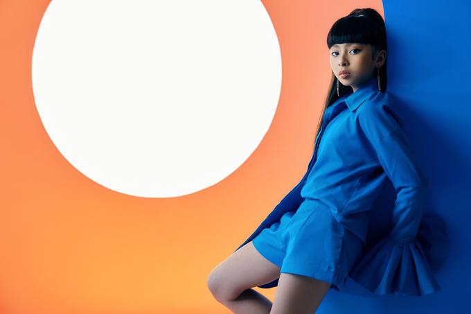 Trong loạt thiết kế mới, Thanh Huỳnh sử dụng màu đơn sắc như cam, xanh dương và màu nature để tạo nên các bộ suit kết hợp giữa áo sơ mi, áo jacket biến tấu mix cùng chân váy, short và quần váy dáng độc đáo.