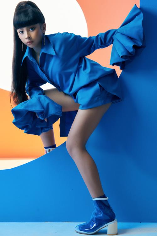 Sơ mi trở nên mới lạ và ấn tượng hơn với phần tay loe. Phối cùng trang phục là short đồng điệu sắc màu và chất liệu.